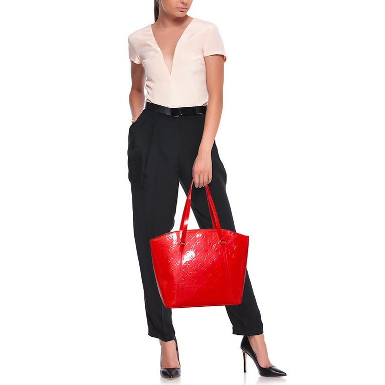 The Vernis range of handbags by Louis Vuitton is famous and sought after by women worldwide. So, this Avalon GM bag is a creation you should be proud to own. It has been crafted from patent leather in signature monogram and styled with a clasp that