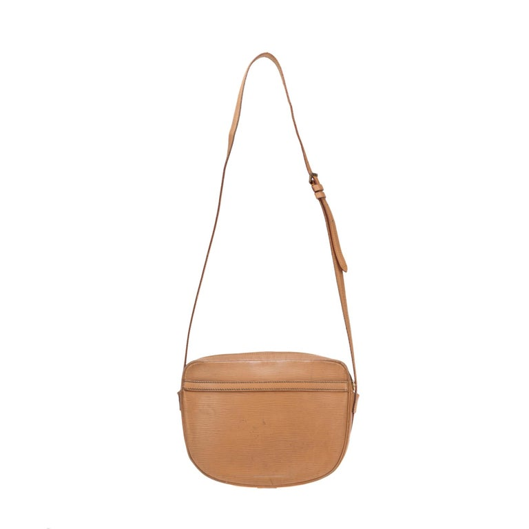 Lovely shoulder bag Louis Vuitton Young Girl leather straw color, gold metal hardware, adjustable shoulder strap straw- colored leather for shoulder or shoulder strap.  Zip closure.  A pocket at the front of the bag.  Inner lining in brown leather,