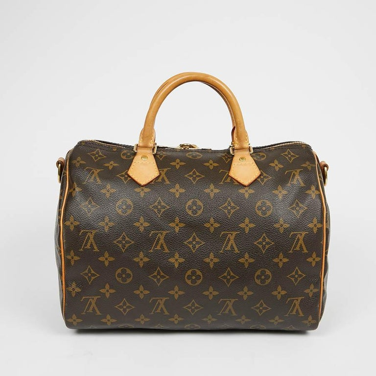 Appeared in the 1930s, this emblematic bag from LOUIS VUITTON was an ideal city companion referring to the speed of transport at the time. This Speedy shoulder strap is in brown Monogram coated canvas. It is lined in fabric, the jewelry is golden