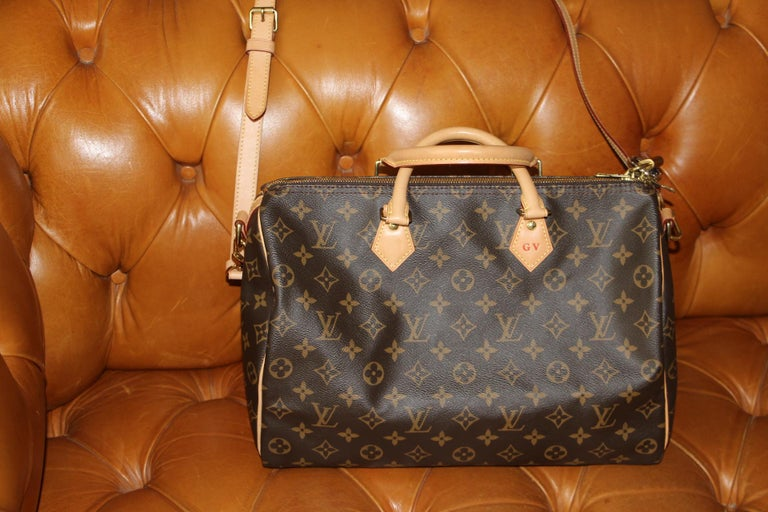 Almost new this beautiful bag is in perdect condition. Very convenient for everyday use. G.V Initials on the handle.