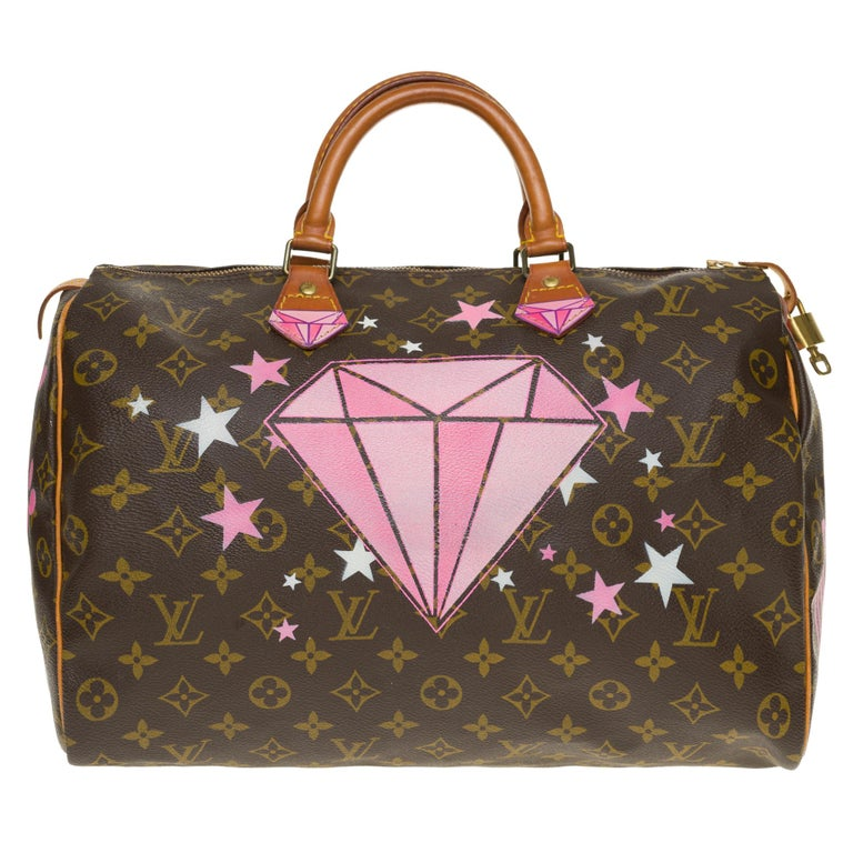 Superb handbag Louis Vuitton Speedy 35 cm in monogram canvas coated brown and natural leather, gold metal trim, double handle in natural leather allowing a handheld. This bag has been customized