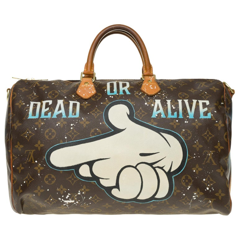 Louis Vuitton Speedy 40 cm with strap in monogram canvas coated brown and natural leather, gold metal trim, double handle in natural leather allowing a handheld or shoulder carry. This article was personalized by the trendy artist in Street Art
