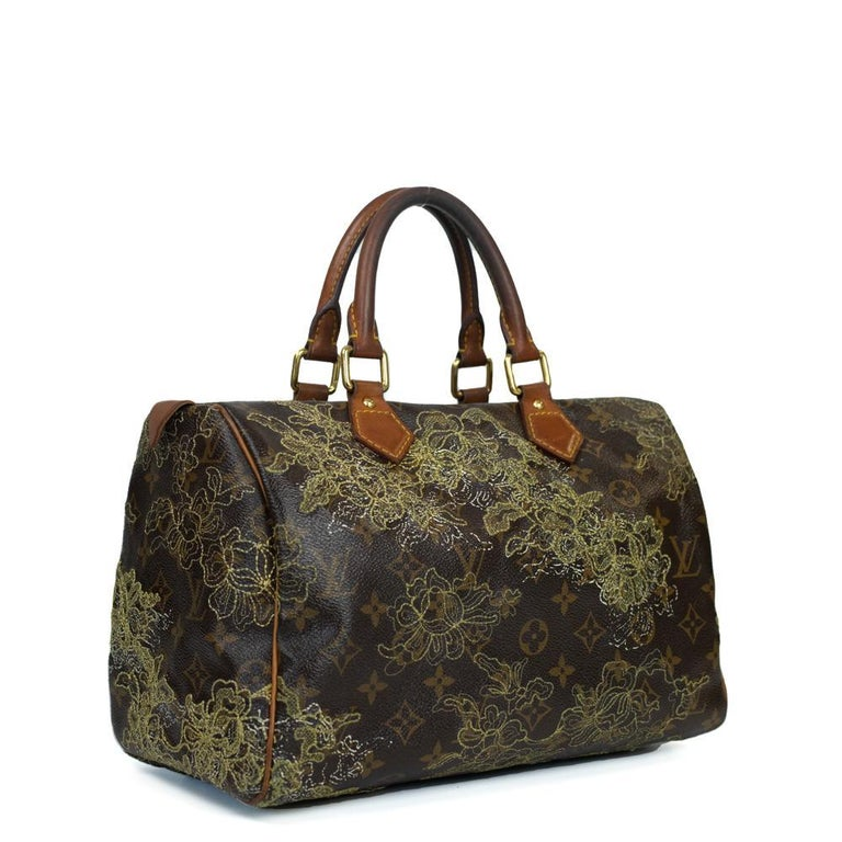 - Designer: LOUIS VUITTON - Model: Speedy Edition Limitee - Condition: Good condition. Sign of wear on base corners, Sign of wear on handles, Interior stains, Scratches on hardware - Accessories: None - Measurements: Width: 31cm, Height: 21cm,