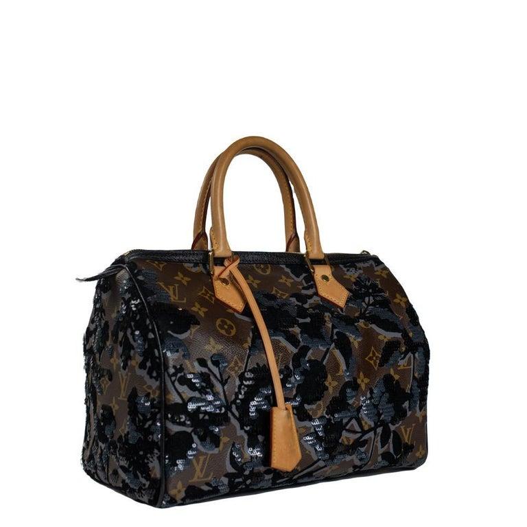 - Designer: LOUIS VUITTON - Model: Speedy Fleur de jais - Condition: Very good condition. Minor sign of wear on base corners, Exterior stains, Sign of wear on handles - Accessories: Dustbag, Invoice - Measurements: Width: 30cm, Height: 20cm, Depth: