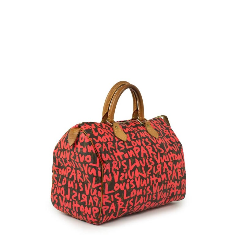 - Designer: LOUIS VUITTON - Model: Speedy Graffiti - Condition: Very good condition. Minor sign of wear on base corners, Minor scuff at the back of the bag, Interior stains - Accessories: Dustbag - Measurements: Width: 30cm, Height: 22cm, Depth: