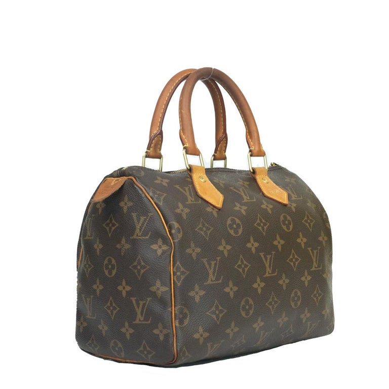 - Designer: LOUIS VUITTON - Model: Speedy - Condition: Good condition. Sign of wear on Leather, Sign of wear on handles, Interior stains, Initials / signature - Accessories: None - Measurements: Width: 25cm, Height: 21cm, Depth: 15cm - Exterior