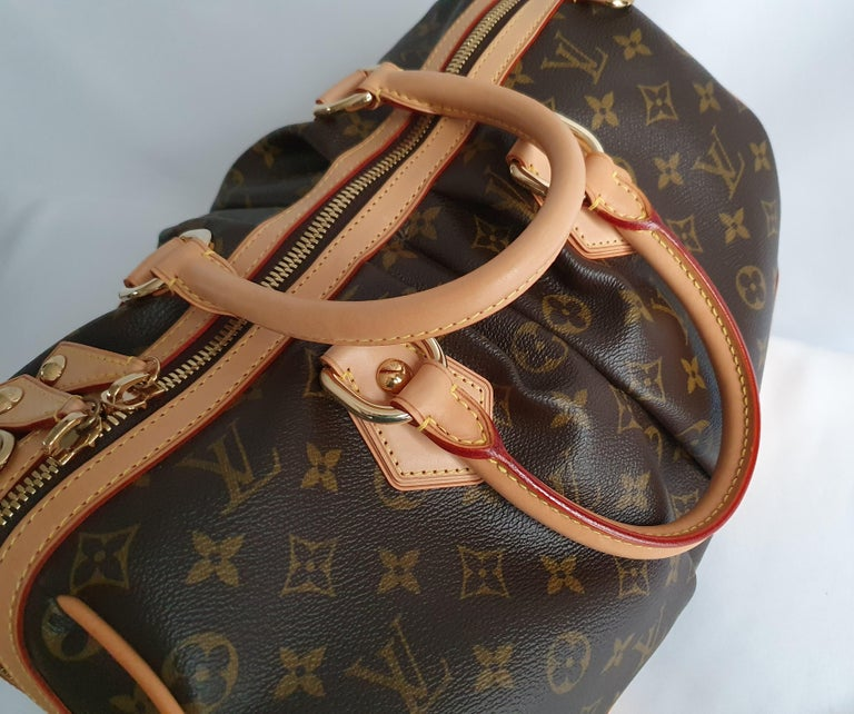 - Designer: LOUIS VUITTON - Model: Stephen Monogram - Condition: Very good condition. Sign of wear on Leather - Accessories: Dustbag - Measurements: Width: 34cm , Height: 23cm, Depth: 22cm  - Exterior Material: Canvas - Exterior Color: Brown -