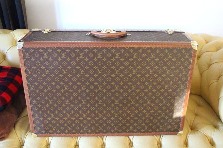 Magnificent Louis Vuitton Alzer monogramm suitcase. This 80 cm suitcase is the largest one made by Louis Vuitton. All Louis Vuitton stamped solid brass fittings: lock, clasps and studs. Very nice interior, fresh and clean,no smell,all original with
