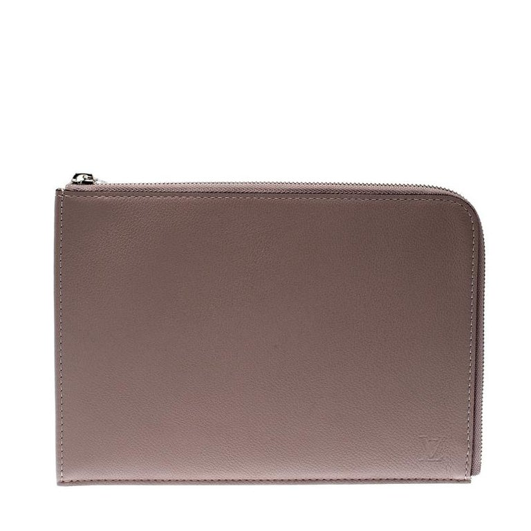 Designed with a sturdy and strong exterior, keep your essentials secure in an organised manner with this Jules PM pochette from Louis Vuitton. It has been crafted from taupe leather and designed with a silver-tone zipper which protects an Alcantara