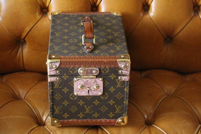 Very nice Louis Vuitton monogram train case with solid brass corners and lock.  Leather top handle.  All its studs are engraved Louis Vuitton.  Its interior is in very good condition.  H 8.27 in. x W 8.67 in. x D 11.82 in. H 21 cm x W 22 cm x D 30