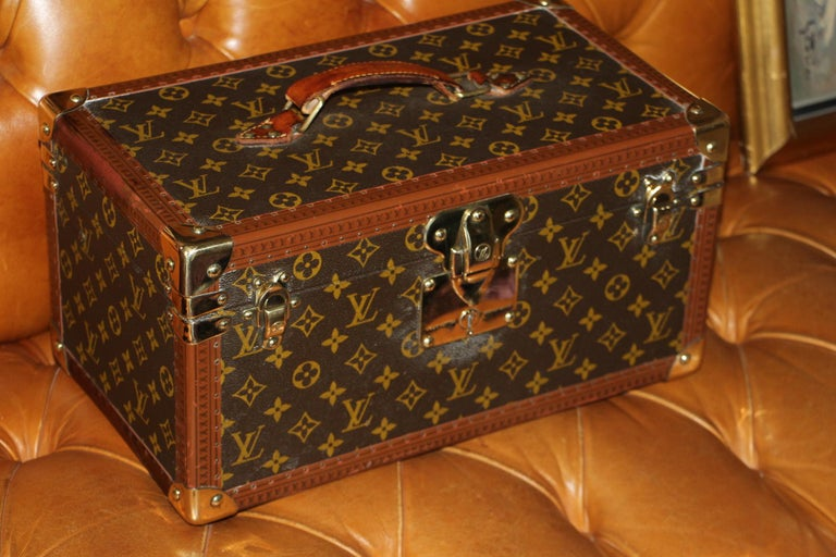 This beauty case features monogram canvas and all brass fittings. All studs are marked as well as its leather handle. Interior: beige coated canvas, adjustable leather straps for holding materials. Very clean and fresh interior. Louis Vuitton