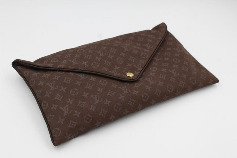 Louis Vuitton travel kit in cotton. Composed by a pillow, pouch and sleeping mask .