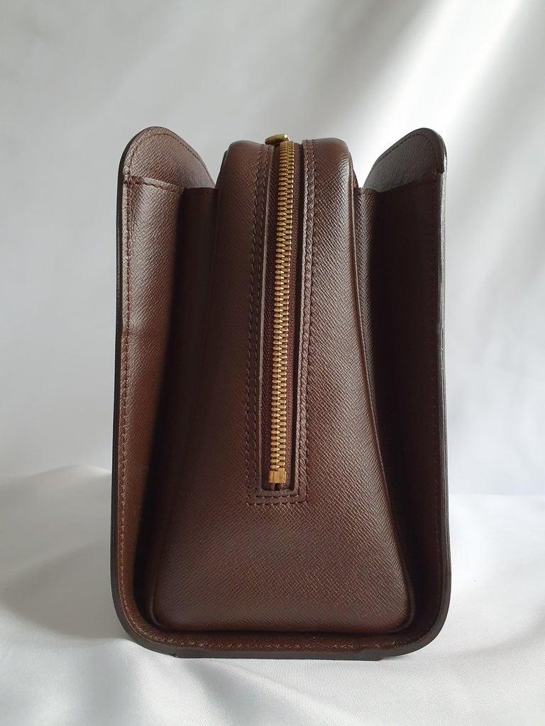 - Designer: LOUIS VUITTON - Model: Triana - Condition: Very good condition. Interior stains - Accessories: None - Measurements: Width: 26cm , Height: 22cm , Depth: 12cm  - Exterior Material: Canvas - Exterior Color: Brown - Interior Material: