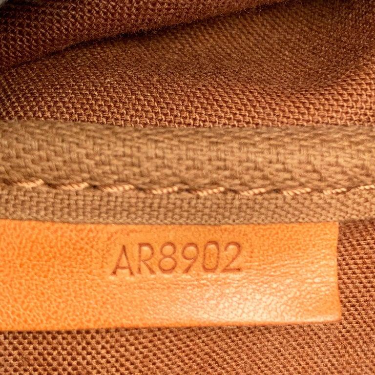 Louis Vuitton Vintage Canvas Saumur 40 Messenger Shoulder Bag For Sale 6