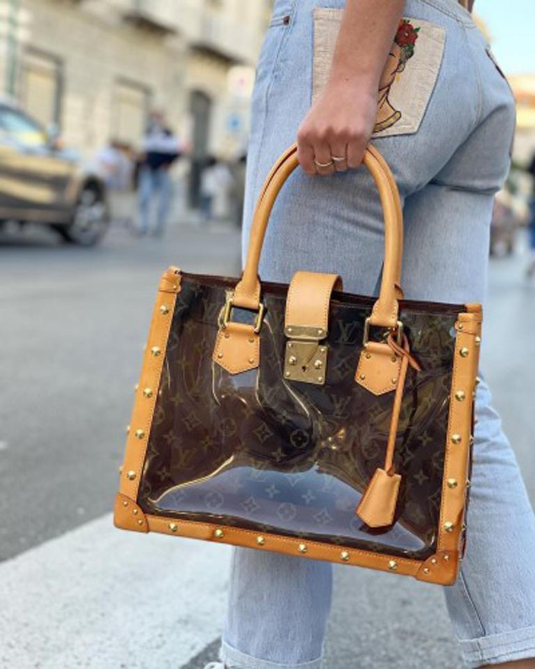 Louis Vuitton limited edition bag, Neo Cabas model, made of brown vinyl with cowhide inserts and golden hardware.  Equipped with an interlocking closure, very large internally.  Equipped with two shoulder handles in cowhide. Very good