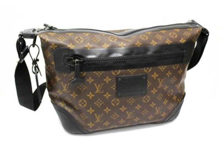Louis Vuitton Water-Proof Shoulder Bag in Monogram Canvas with Black Rubber In Good Condition For Sale In Torre Del Greco, IT