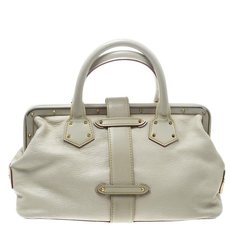 This posh and durable L'Ingenieux bag by Louis Vuitton is a luxurious alternative to everyday bags! Crafted from Suhali leather the bag comes with dual handles, zip detailing on the sides and a frame top with a cross-over flap that has an S-lock