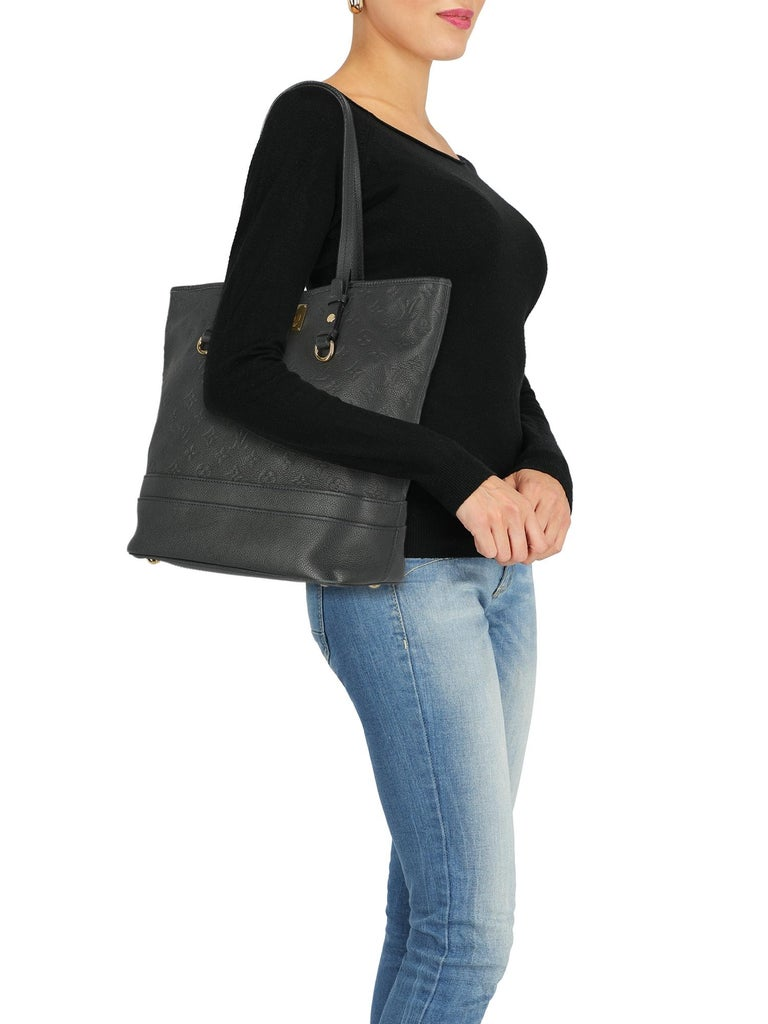 Tote bag, leather, solid color, monogram logo, turn-lock closure, gold-tone hardware, internal zipped pocket, double smartphone pocket, day bag  Product Condition: Very Good Lining: negligible residues, slightly visible stains. Hardware: negligible