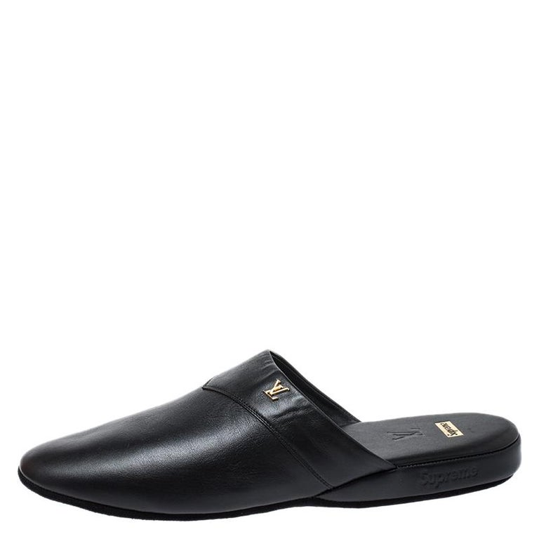 To perfectly complement your casual attires, Louis Vuitton brings you this pair of Hugh slippers that speak nothing but high style. They've been crafted from leather and designed with round toes and their logo in gold-tone on the uppers. The
