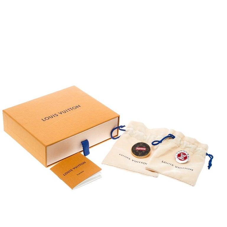 Louis Vuitton x Supreme Set of 2 Pin Brooch In Excellent Condition For Sale In Dubai, Al Qouz 2