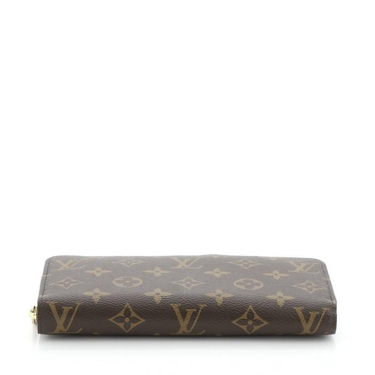 Louis Vuitton Zippy Wallet Monogram Canvas In Good Condition For Sale In New York, NY