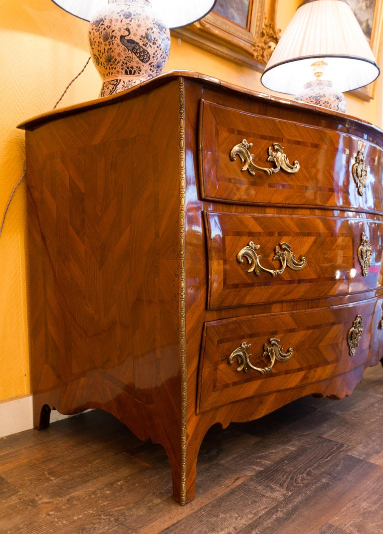 Louis XV Period Walnut and Marquetry Serpentine Commode, circa 1750 In Good Condition For Sale In Saint Ouen, FR