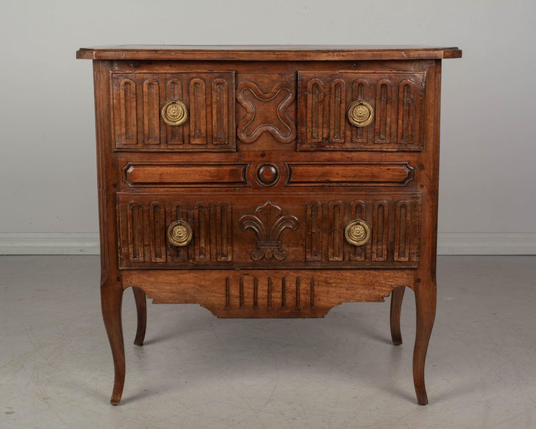 Louis XV Style Country French Commode In Good Condition For Sale In Winter Park, FL