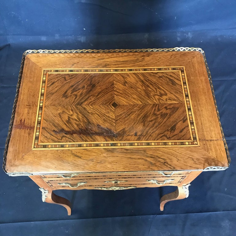 Louis XV Style Inlaid Nightstand or Side Table with Gold Fretwork In Good Condition For Sale In Hopewell, NJ