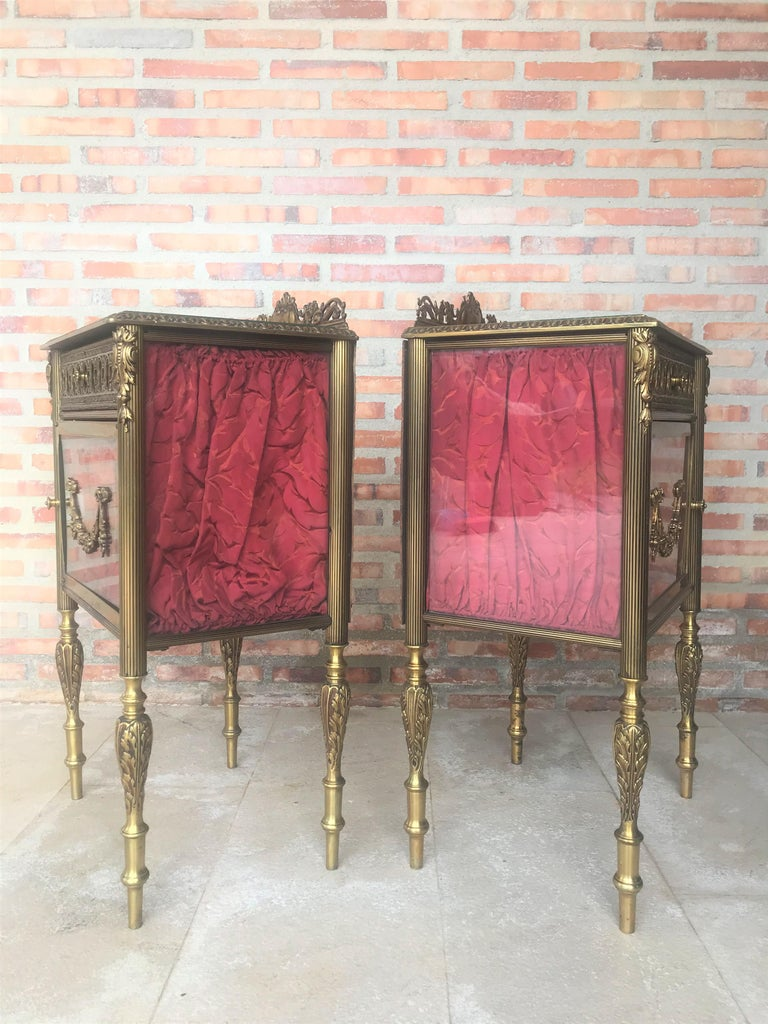 Louis XVI Pair of Bronze Vitrine Nightstand with Glass Door and Drawer In Good Condition For Sale In Miami, FL
