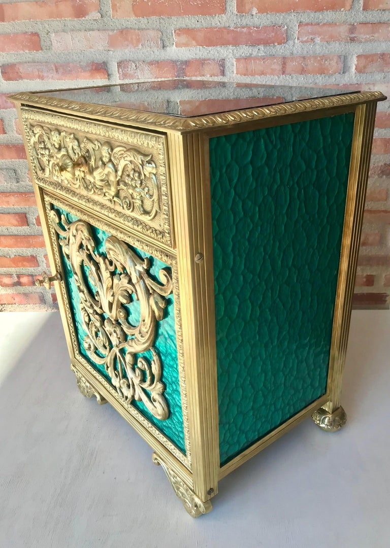Louis XVI Pair of Bronze Vitrine Nightstands with Green Glass Doors and Drawer In Good Condition For Sale In Miami, FL