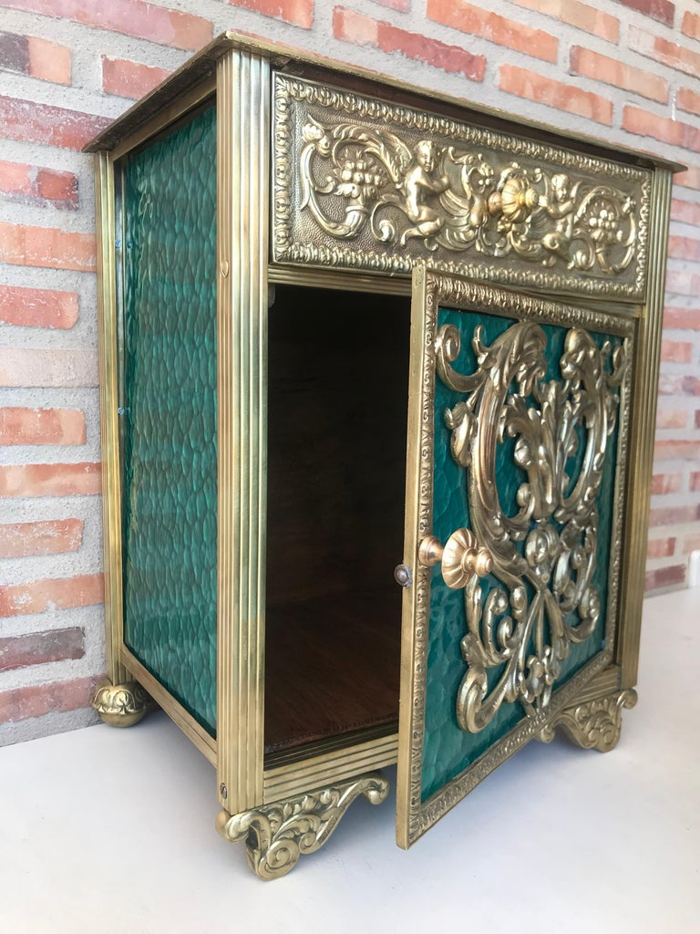 Louis XVI Pair of Bronze Vitrine Nightstands with Green Glass Doors and Drawer For Sale 1