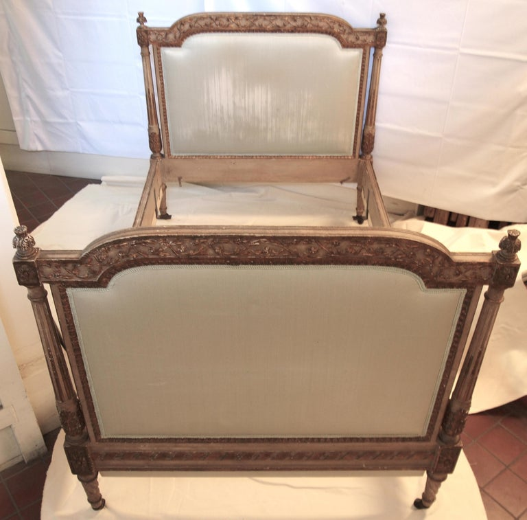 Louis XVl Style Parcel-Gilt and Painted Day Bed For Sale 3