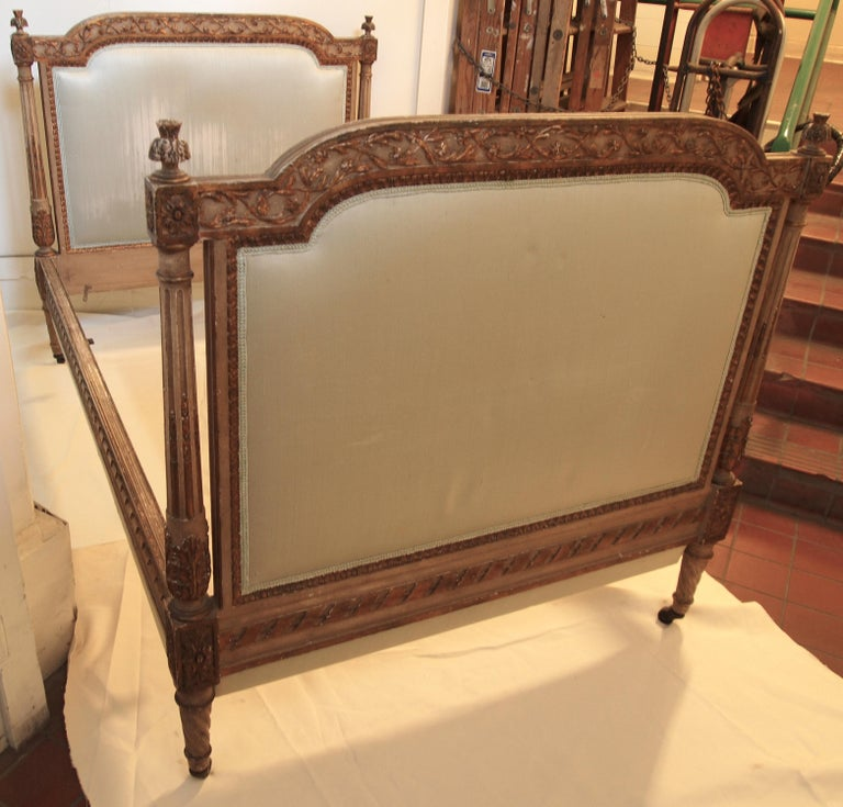 Louis XVl Style Parcel-Gilt and Painted Day Bed For Sale 1