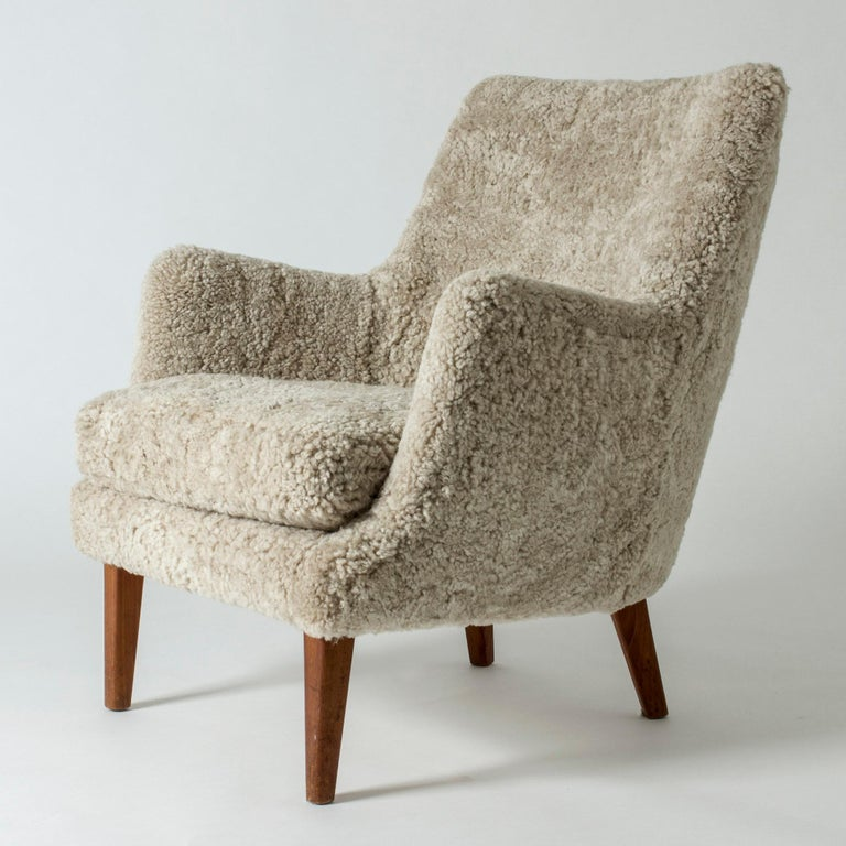 Lounge chair by Arne Vodder in a small, neat design. Upholstered with sheepskin.