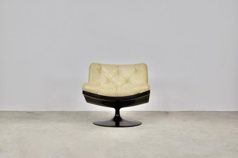 Fiberglass and leather armchair. Wear due to time and age of the chair. Measure: Seat height 42cm.