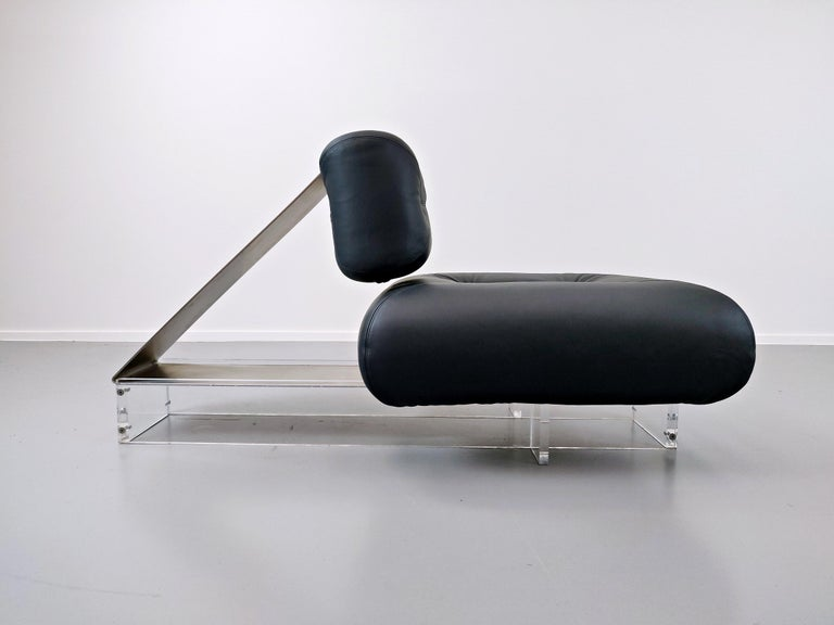 Lounge Chair by Oscar Niemeyer in Plexiglass, Steel and Black Leather For Sale 4