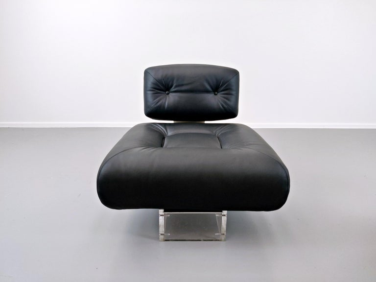 Lounge Chair by Oscar Niemeyer in Plexiglass, Steel and Black Leather For Sale 8