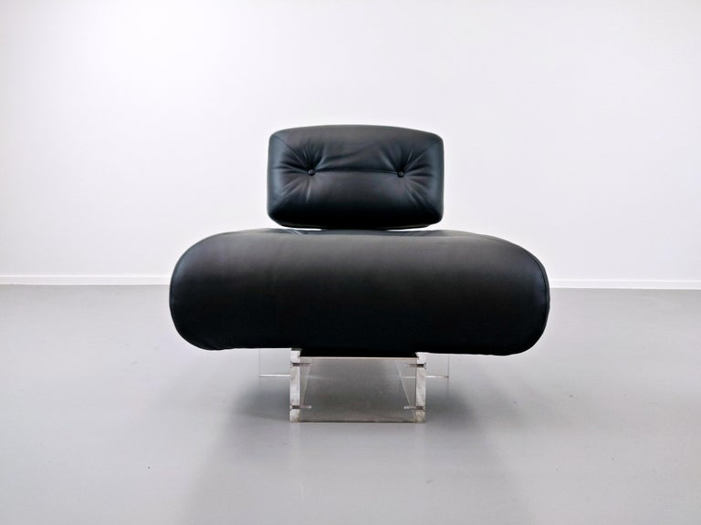 Lounge Chair by Oscar Niemeyer in Plexiglass, Steel and Black Leather For Sale 9