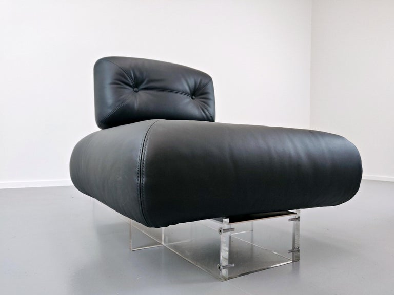Lounge Chair by Oscar Niemeyer in Plexiglass, Steel and Black Leather For Sale 11
