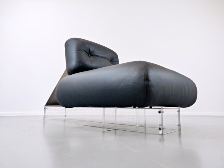 Lounge Chair by Oscar Niemeyer in Plexiglass, Steel and Black Leather For Sale 1