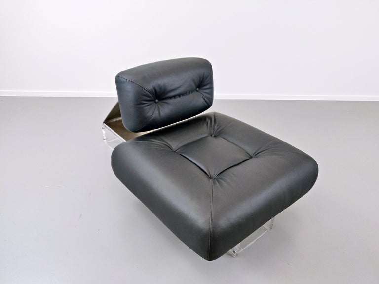 Lounge Chair by Oscar Niemeyer in Plexiglass, Steel and Black Leather For Sale 2