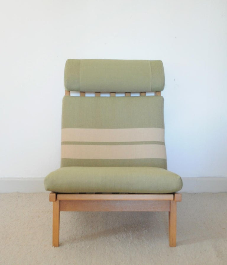 Lounge Chair Made of Oak Designed in 1969 by Hans J. Wegner, Produced by GETAMA In Good Condition For Sale In Vordingborg, DK