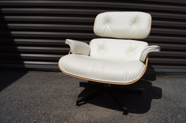 Lounge Chair & Ottoman, Model 670/671, by Charles & Ray Eames for Herman Miller In Good Condition For Sale In Boston, MA