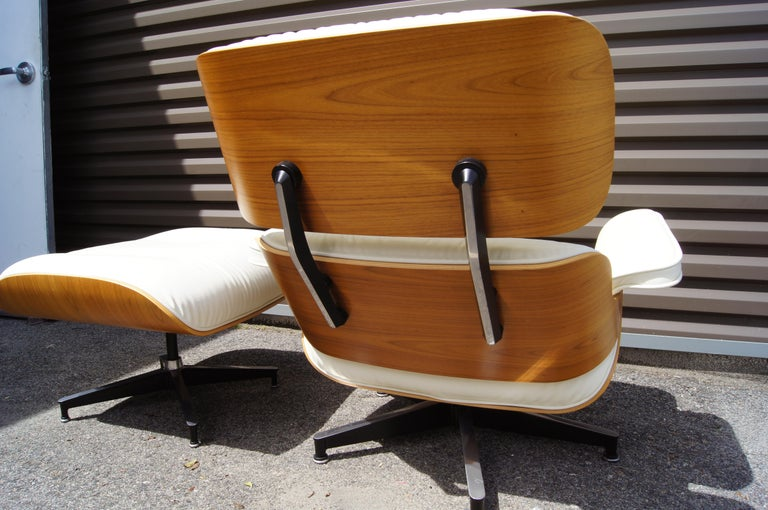 Contemporary Lounge Chair & Ottoman, Model 670/671, by Charles & Ray Eames for Herman Miller For Sale