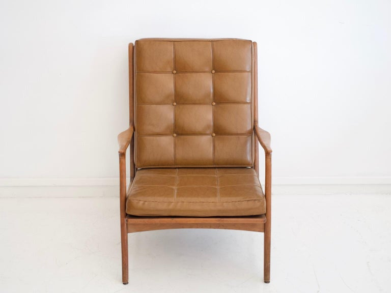 Mid-Century Modern Lounge Chair with Wooden Frame and Brown Leather Cushions For Sale