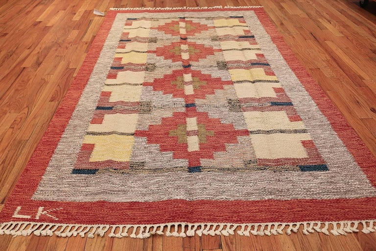 Lovely and Vibrant Vintage Swedish Kilim. Size: 6 ft x 9 ft 9 in In Excellent Condition For Sale In New York, NY
