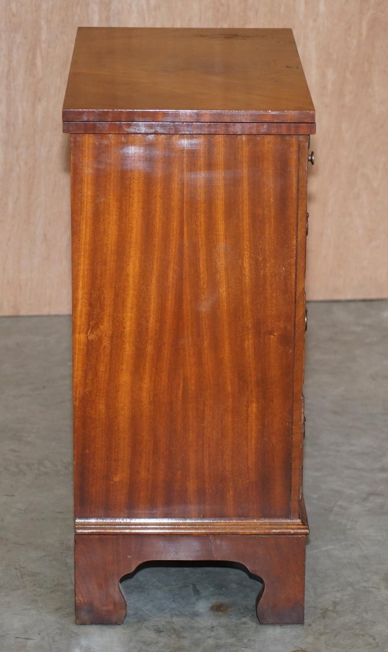 Lovely Flamed Mahogany Batchelors Chest of Drawers with Folding Butlers Shelf In Good Condition For Sale In London, GB