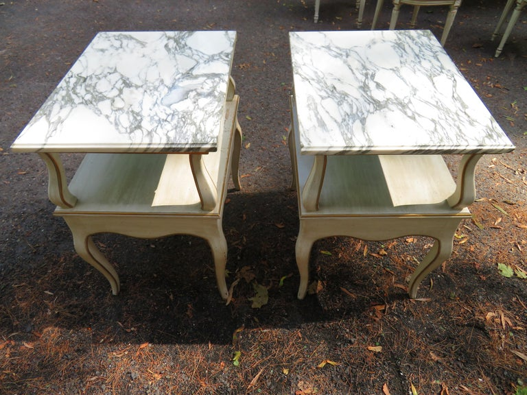 Lovely Pair of Dorothy Draper Style Marble-Top Nightstands Hollywood Regency For Sale 2