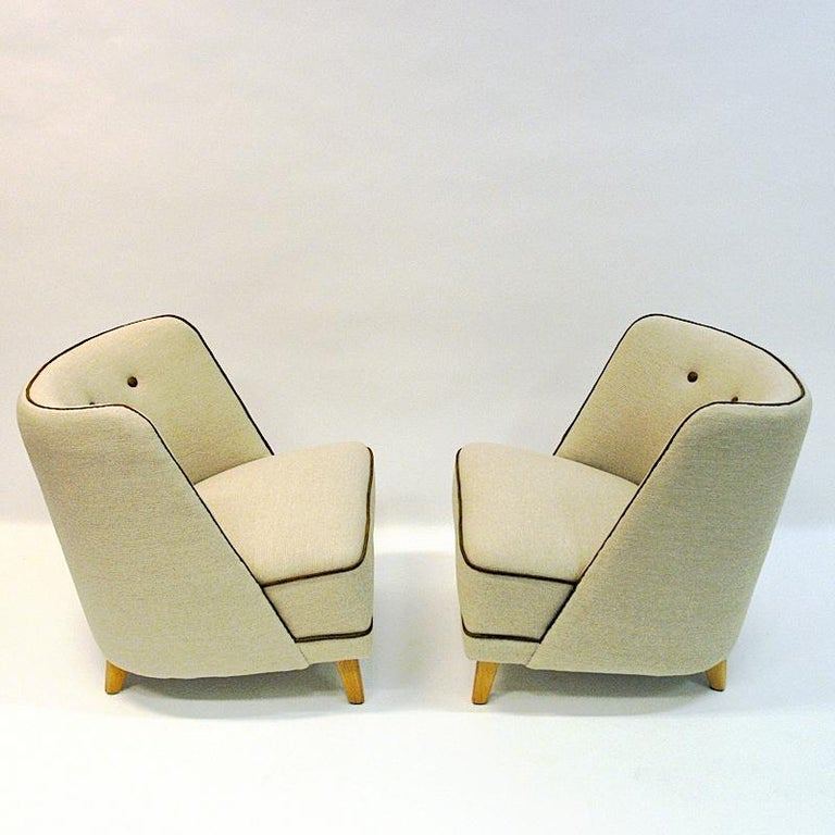 Beautiful midcentury pair of Norwegian manufactured easy chairs by Møller & Stokke furniture in the 1940s. The chairs have legs of elm tree and new upholstery of beige Hallingdal wool fabric from Gudbrandsdalen Uldvarefabrikk (wool factory).