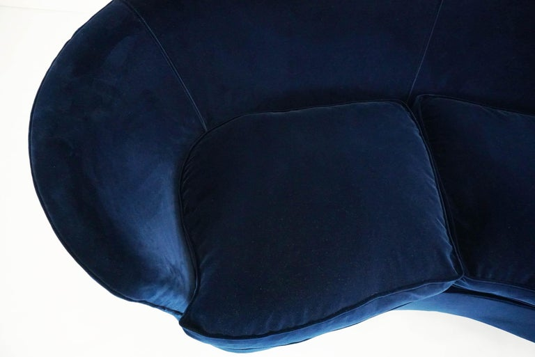 Lovely Small Curved Sofa in Luxury Blue Velvet In Good Condition For Sale In Chiasso, CH